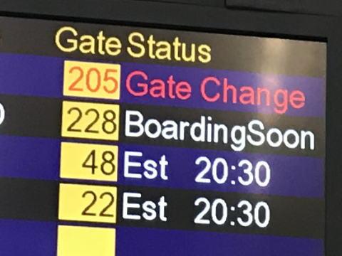 香港国際空港の掲示板に出ているESTとか預計ってどういう意味なの?