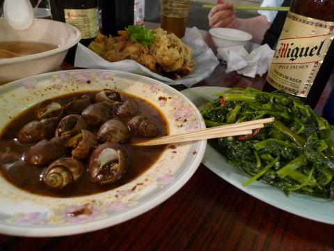 男人街の屋台で香港B級グルメを食べる