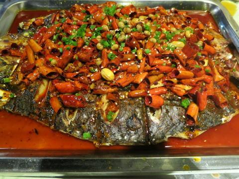 深セン 江边渔火巫山烤全鱼で豪快な焼き魚