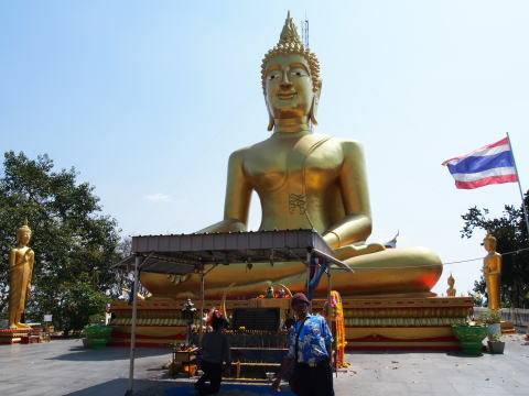 [タイ・パタヤ] ワットプラヤイで黄金の大仏にお参り