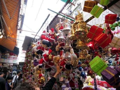 深水埗の福栄街がクリスマスの飾り物で埋め尽くされていた