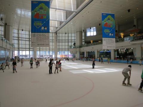 深セン 万象城でアイススケートに挑む