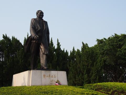 [深セン] 蓮花山公園で鄧小平の銅像と出会う