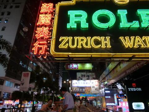 オープントップバスで夜の香港を満喫する