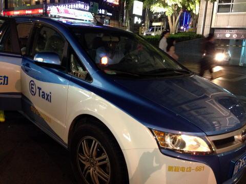 深セン 電気自動車のE Taxiは安くて快適でオススメ